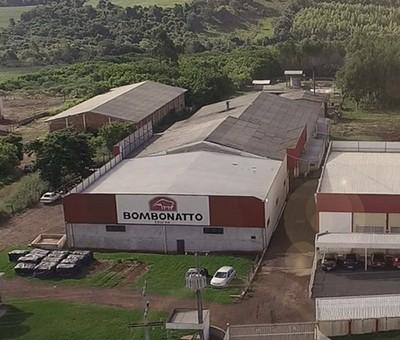 Na busca da melhoria da qualidade e dos custos de produção, foi inaugurada a Bombonatto Couros, que produz e fornece matéria-prima exclusiva para os produtos Bompel.