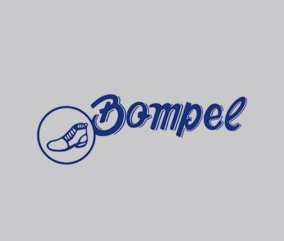 """Lançamento da primeira marca da Bompel. Com símbolo de calçado, o ícone fez com que a empresa, com o passar do tempo, se tornasse conhecida como a """"marca da botinha""""."""